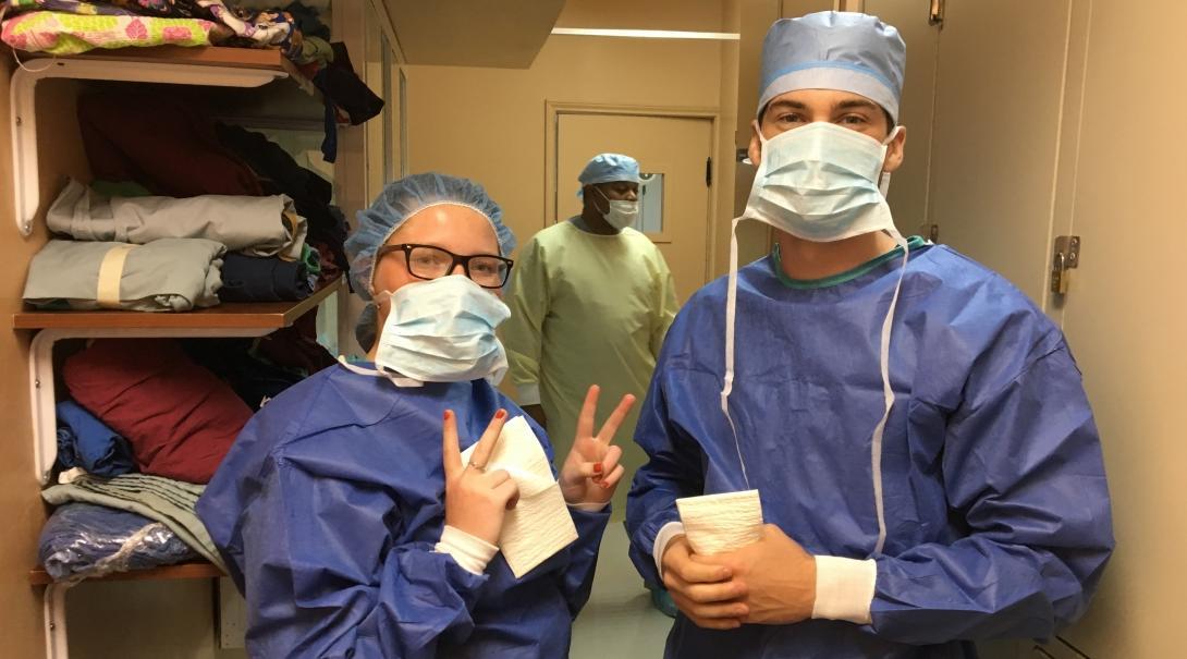 Internos de salud preparándose para observar a doctores locales.